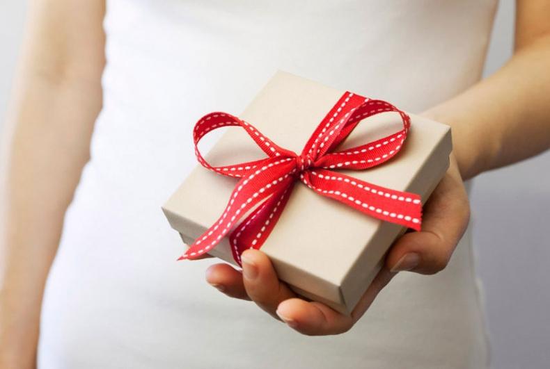 Девушка дарит подарок
