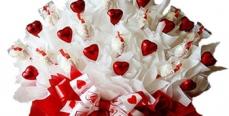 Как создать подарок из конфетного букета