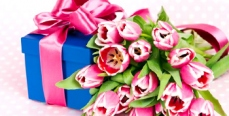 Что дарить на 8 марта любимым женщинам: шпаргалка для мужчин